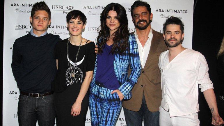 Araceli con sus hijos Flor y Tomás, Fabian Mazzei y Felipe Colombo