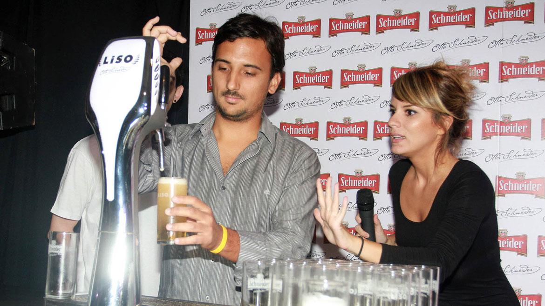 Gimena Accardi y un participante que aprendió a servir cerveza tirada