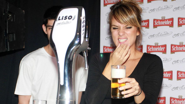 Gimena Accardi aprendiendo a servir cerveza tirada