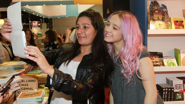 Ángela Torres con una fan