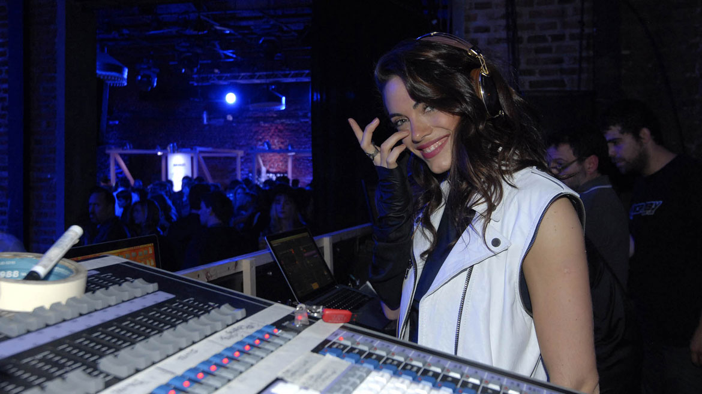 Emilia Attias pasó música en la fiesta de Absolut