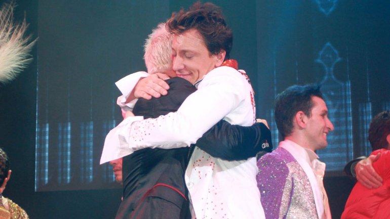 El abrazo de Flavio Mendoza y Nico Vázquez tras el estreno de Stravaganza Tango