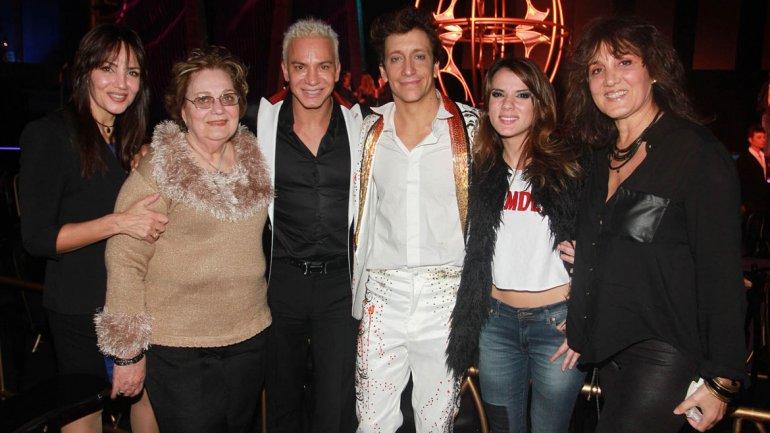 Nico Vázquez con Gimena Accardi, Flavio Mendoza y familiares