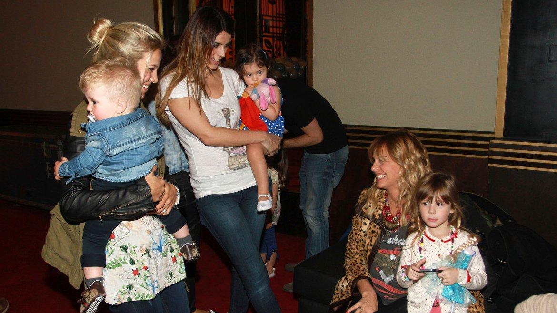 Luisana Lopilato, sostiene a su hijo Noah mientras charla con Mariana Fabbiani, quien está acompañana de su hija Matilda