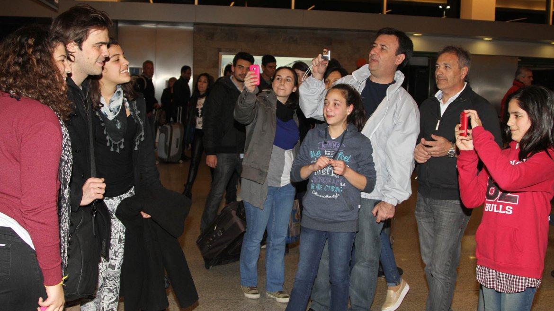 Peter Lanzani se sacó fotos con sus seguidoras en Ezeiza