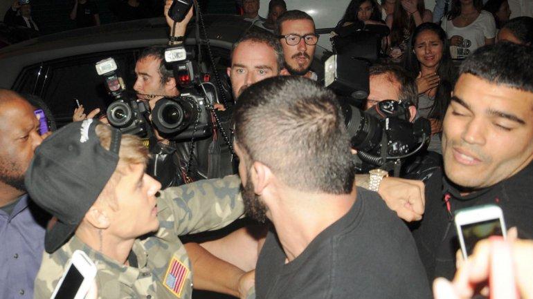 Justin Bieber, a las piñas con los paparazzi en
