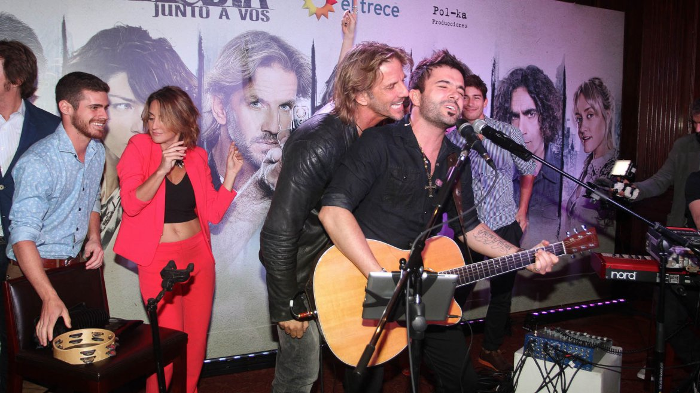 David Bolzoni cantó la canción de Noche & Día junto al elenco de la ficción