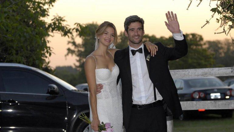 Marcela Kloosterboer yFernando Sieling, saludando luego de haber dado el sí