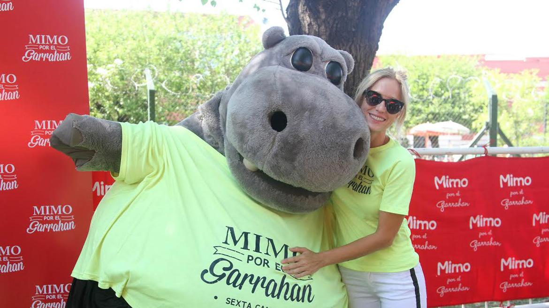 Brenda Gandini, con el hipopótamo de Mimo