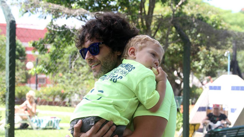 Mariano Martínez con su hijo, Milo
