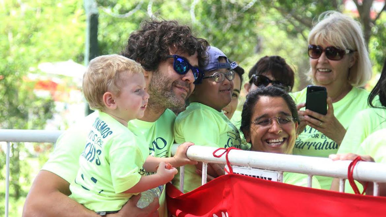 Mariano Martínez y su hijo Milo, con el público