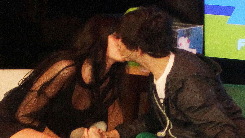 El beso de Oriana Sabatini y Julián Serrano