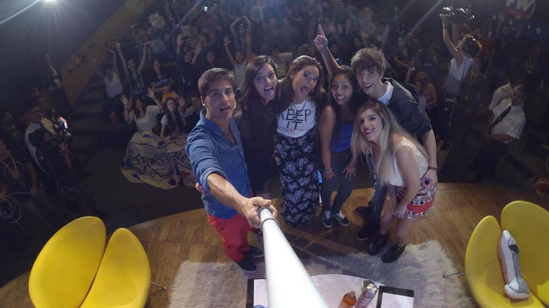 Selfie de los integrantes de FW en Vivo con los invitados