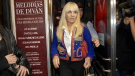 Claudia Villafañe a la salida del teatro