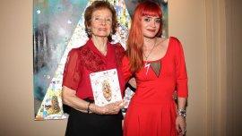 Lilian y Guadalupe posaron con un ejemplar de la publicación en un salón de la librería Ateneo