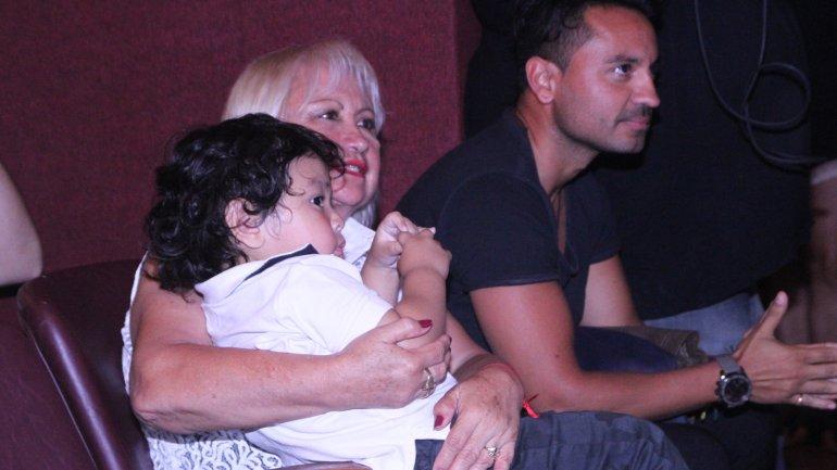 El hijo de Diego Maradona, en los brazos de su abuela, vio todo el espectáculo de su mamá