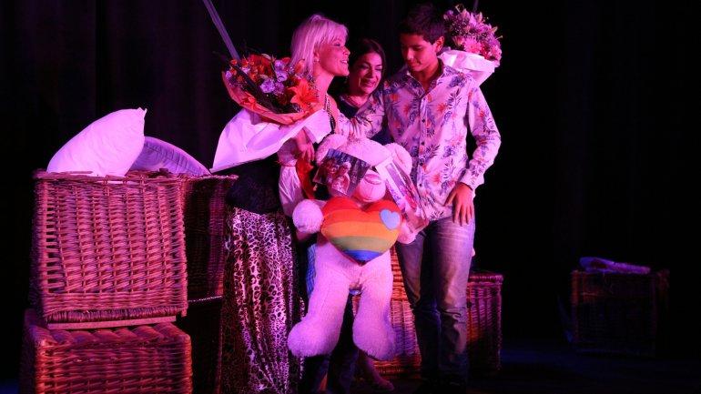 Nazarena recibe el saludo de sus hijos Gonzalo y Thiago