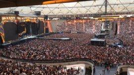 El público aguarda por la llegada de los Rolling Stones en el tercer show en La Plata