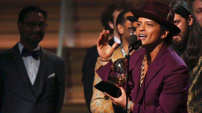 El cantante Bruno Mars recibió el premio a Grabación del año por Uptown Funk