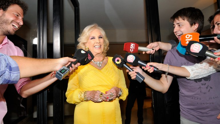 Mirtha Legrand hablando con la prensa en la puerta de su casa