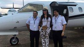 Moria junto a los pilotos que la llevaron hasta Paraguay