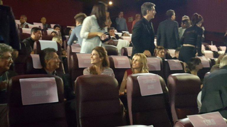 Maruicio Macri y Juliana Aguada compartieron fila con Mariana Fabbiani en la Avant Premiere de la película de Suar
