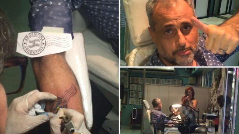 Jorge Rial tatuándose