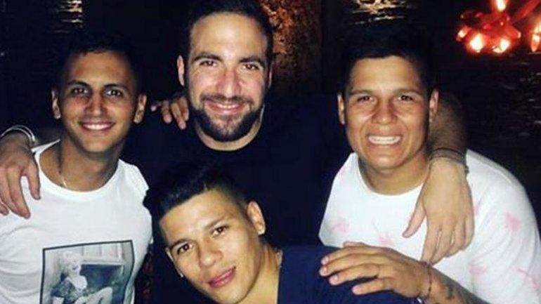 Marcos Rojo y Gonzalo Huguaín se divirtieron en un boliche