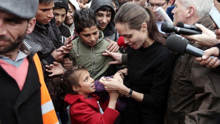 En Grecia, la actriz visitó a los refugiados sirios