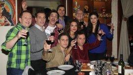 El elenco de Como el culo festejó, junto a Javier Faroni, tras el estreno de la comedia