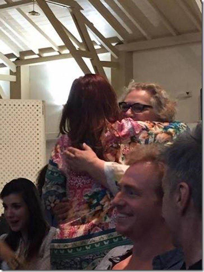 Cristina Kirchner y Rita Cortese, unidas en un fuerte abrazo
