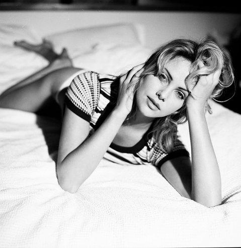 El fotógrafo Mark Humphrey la retrató en la cama y en la playa