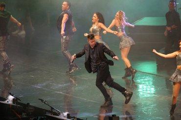 En el espectáculo, Ricky mostró su talento para el baile y el canto