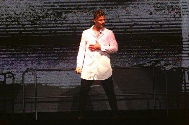 El cantante realizó dos cambios de vestuarios durante la presentación
