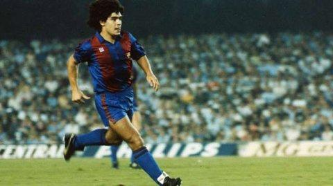 Camiseta azul y roja que Diego Maradona usó en el encuentro entre Barcelona y Valencia en 1983