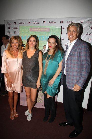 María Laura Leguizamón con Natalia, Ivana y Marcelo Figueiras