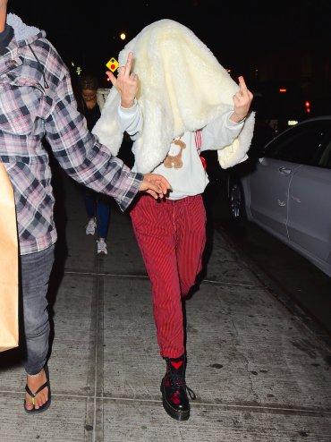 Al final, cuando se encontró con los paparazzi, Miley le dedicó un saludito a las cámaras