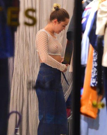 La madre de la cantante fue parte de esta salida de shopping
