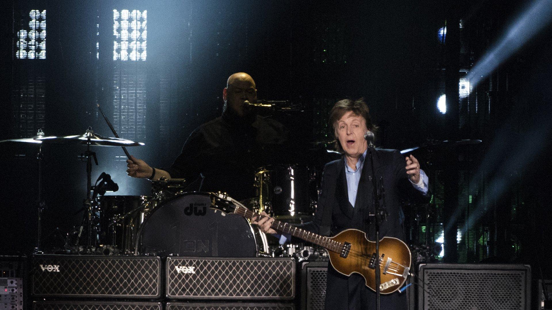 Esos integrantes acompañan al músico de 73 desde hace más de 10 años
